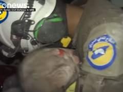 Una bebé siria vuelve a la vida en brazos de un voluntario
