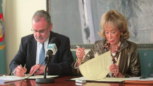 María Teresa Fernández de la Vega (Mujeres por África) y Ángel Pazos (UC)