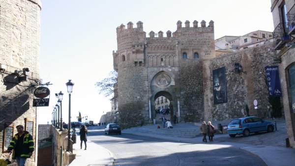 Toledo, Calle, Calzada, Casco Antiguo, Fachada, Puerta del Sol,Personas paseando