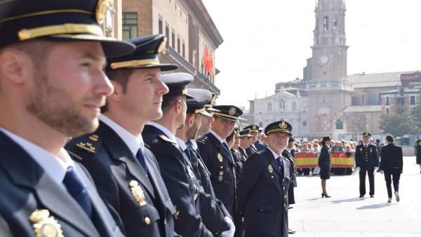 Un grupo de agentes condecorados celebra el día grande de la Policía en Zaragoza