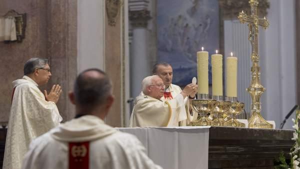 Un grup de manifestants increpa el cardenal Cañizares a l'eixida d'una missa en Gandia