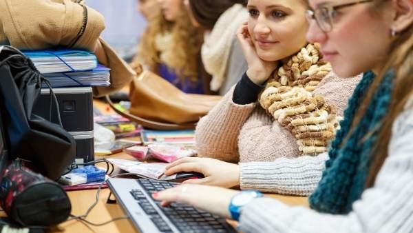 Jovénes estudiantes de la UHU