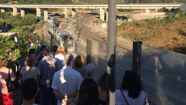 Un tren Alvia pasa por Angrois durante el homenaje a las víctimas