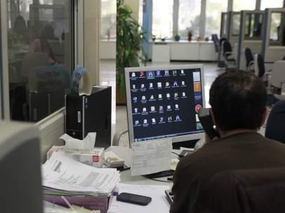Un funcionario en su puesto de trabajo.