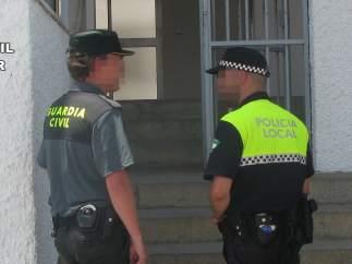 Agente de la Guardia Civil y Policía Local.