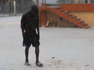 Caminando bajo la lluvia torrencial