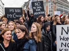 Miles de polacas se manifestaron contra la idea de prohibir el aborto