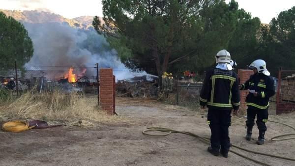 Bomberos de la Comunidad de Madrid extinguiendo un incendio.