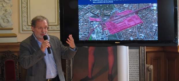 Manuel Saravia explica la propuesta del Ayuntamiento