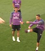 Balonazo de Ronaldo a la prensa