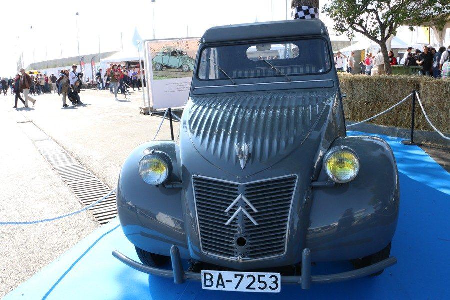 Citroën 2cv. Hasta 79 automóviles distintos se pueden identificar en la extensa iconografía tintinera creada por Hergé. Entre ellos este Citroën 2 CV.
