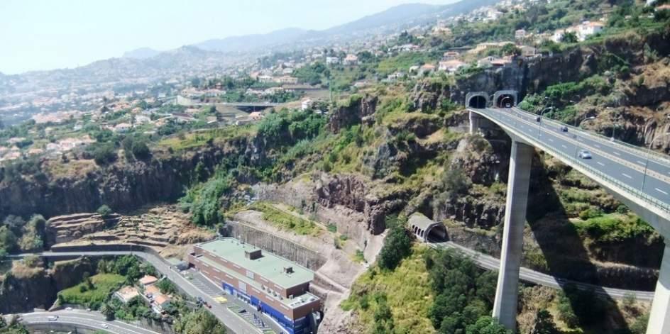 Carretera a través de Funchal (Portugal)
