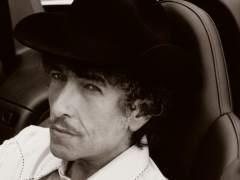 Dylan reconoce el Nobel en su página web y después rectifica
