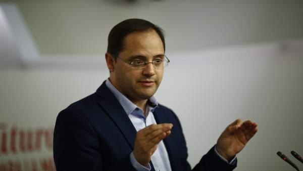César Luena en rueda de prensa