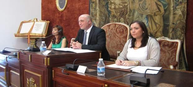 Antonio Ruiz (centro) preside un Pleno de la Diputación de Córdoba