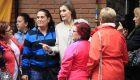 La reina Letizia, muy cercana y cariñosa en Entrevías