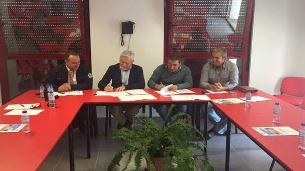 Firma del consorcio de bomberos de Huelva con los de Barrancos (Portugal).