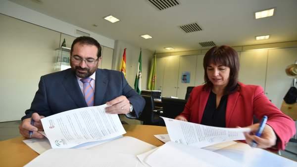 Germán González y Olvido de la Rosa en la firma del convenio del plan Progresa