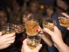 Las mujeres beben tanto alcohol como los hombres, según un estudio