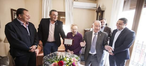 Melecia Lorente ha recibido una placa a la usuaria de Diputación más longeva.