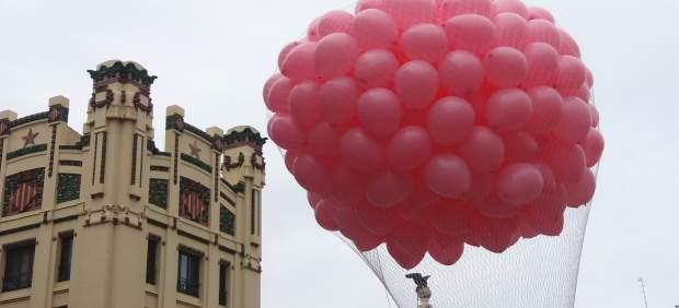 """València llança globus """"d'esperança"""" per a recordar la importància del diagnòstic precoç en combatre el càncer de mama"""