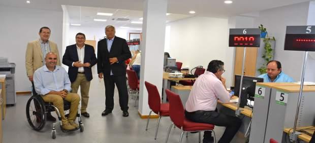 V lez finaliza el traslado de la oficina de atenci n al for Oficina de empleo velez malaga