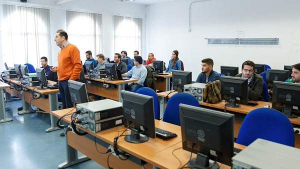 Un profesor da clases en su aula