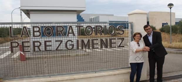 Luque y Ribalta junto a la farmacéutica Pérez Giménez