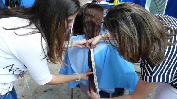 L'Hospital de la Ribera recull més de tres quilos de cabells per a fer perruques per a dones amb càncer de mama