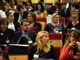 Imagen de jóvenes participando en un congreso.