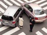 Choque de dos coches en un paso de cebra