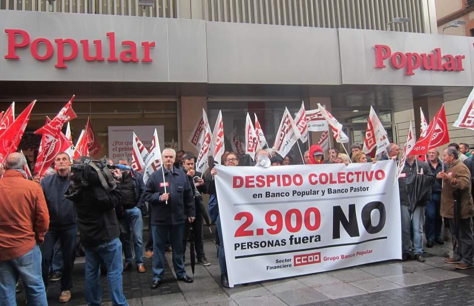 M s de 200 personas protestan en valladolid contra los for Oficinas banco popular valladolid