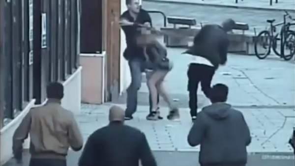 Golpea a un turista en la cabeza por hablar español en Bournemouth