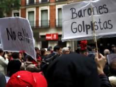 Centenares de personas piden el 'no' del PSOE a Rajoy frente a la sede de Ferraz