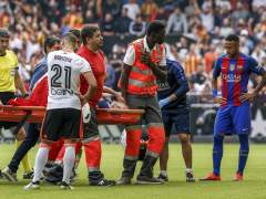 Posible lesión grave de Iniesta, que se retiró entre lágrimas en Mestalla