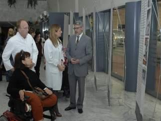 Álvarez atiende a las explicaciones de Rodríguez durante la inauguración