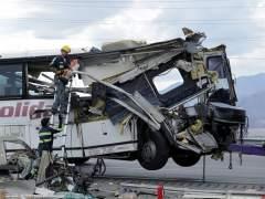 Trece muertos y 31 heridos en un accidente de un autobús en California