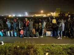 Comienza la evacuación del campo de inmigrantes de Calais con largas colas