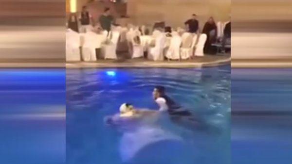 Novios saltan a una piscina en su boda y casi no lo cuentan