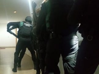 Guardias civiles durante una detención