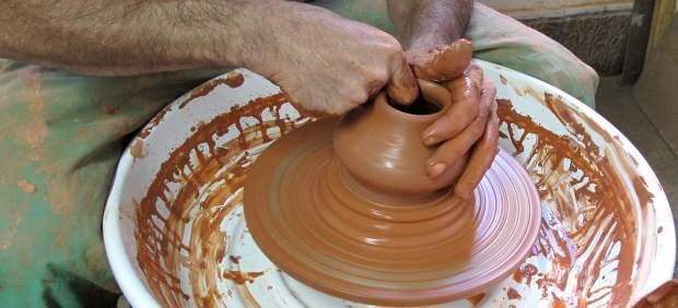La Fedac forma a diez nuevos expertos en el arte de crear cerámica a partir de un torno en la isla ...