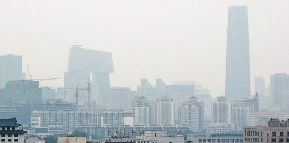 Skyline de Beijing cubierto de contaminación