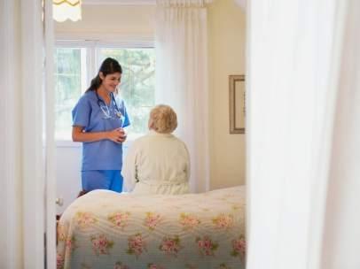 Enfermera atendiendo a una anciana
