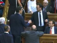 'Paseíllo' de Pedro Sánchez en el Congreso: el frío saludo a Antonio Hernando y Eduardo Madina