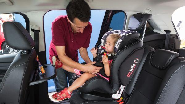 ¿Como deben ir los colocados en las sillitas infantiles?