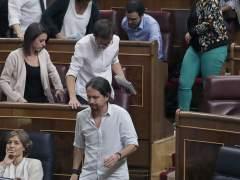 Los diputados de Podemos abandonan el pleno