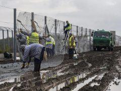 Hungría comienza a retener a los refugiados en centros cerrados