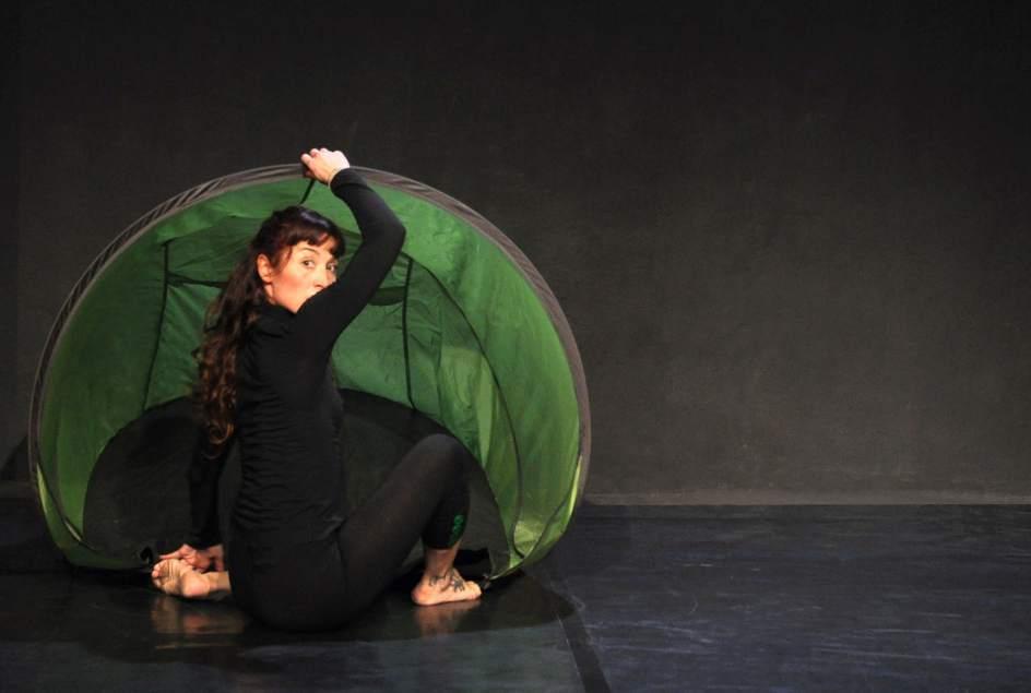En mbar danza representar este pr ximo martes 39 babaol 39 en for Teatro de la laboral