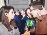 Pablo Iglesias besa a Íñigo Errejón cuando este era entrevistado por Ana Pastor