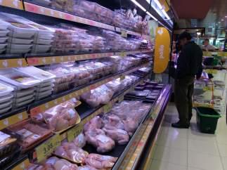 Pollo para consumo en un supermercado